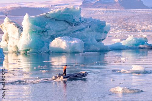 Foto op Plexiglas Purper Jokulsarlon glacier lagoon in Iceland. Blue icebergs and tour boat on lake water. Northern nature landscape in Vatnajokull National Park