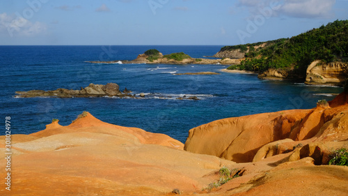 Fotografía Red Rock volcanic outcrop at Calibishie, Dominica