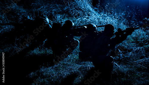Fotografía  Army tactical group fighters sneaking in darkness