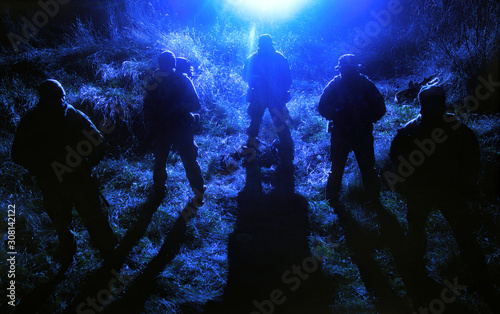 Valokuva Army soldiers crew patrolling territory at night