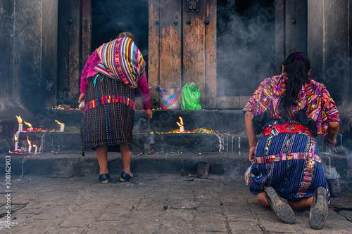 Fotografie, Obraz Mujeres mayas están en una ceremonia religiosa en la Iglesia de Santo Tomas Chichicastenango Guatemala