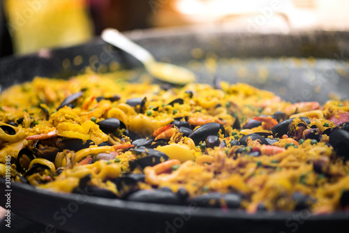 Fotografiet Large pot of freshly cooked paella