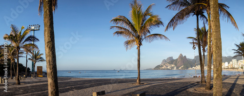 Photographie Wide panorama from the Arpoador boulevard showing the sunrise over Ipanema beach