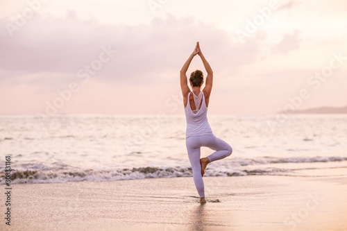 Carta da parati  Caucasian woman practicing yoga at seashore