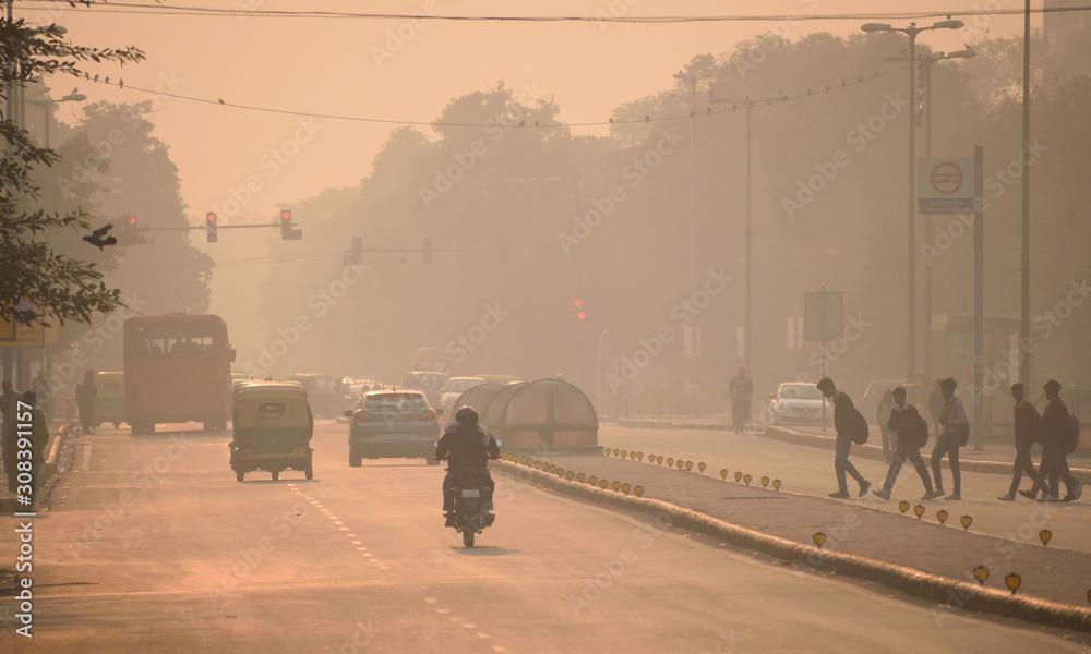Ludzie spacerujący ulicami Delhi pośród smogu <span>plik: #308391157   autor: saurav005</span>
