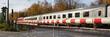Durchfahrender Zug, Geschlossene Schranke, Bahnübergang, Husen, Dortmund, Nordrhein-Westfalen, Deutschland