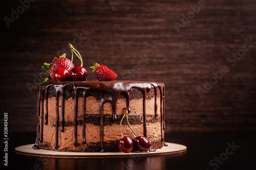 Foto Chocolate cake with with berries, strawberries and cherries