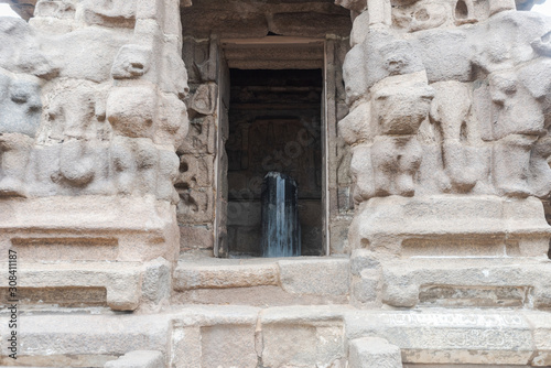 Fototapeta Shiva lingam of shore temple in Mahabalipuram, South India on cloudy day