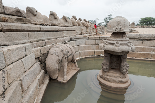 Valokuvatapetti Shore temple in Mahabalipuram, South India on cloudy day