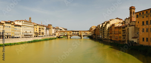 Photo Panoramic view of the Ponte Vecchio bridge in the historic part of the famous It