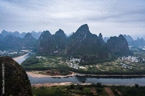 Photo  Karts hill Mountains view, on a cloudy misty morning in South China