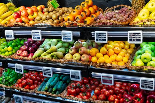 Fotografia Vegetable and fruit section in supermarket