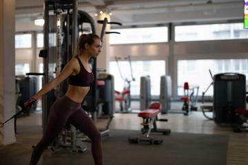 Frau im Fitnessstudio beim Sport machen