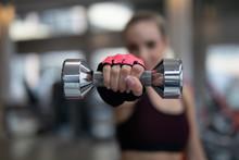 Frau Im Fitnessstudio Beim Sport Machen Mit Hantel In Der Hand Agressiv Kraftvoll By Tigerraw