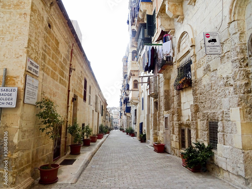 Fototapety, obrazy: Typical small street in the old center of Valletta, Malta