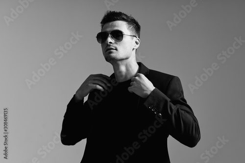 Stampa su Tela portrait of young man in sunglasses
