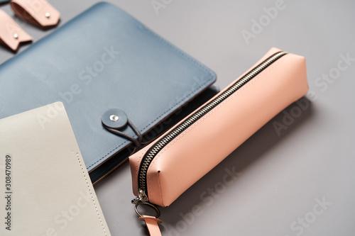 Fotografía  Set of handmade leather goods, key holder rings, wallet, purse, notepad, handboo