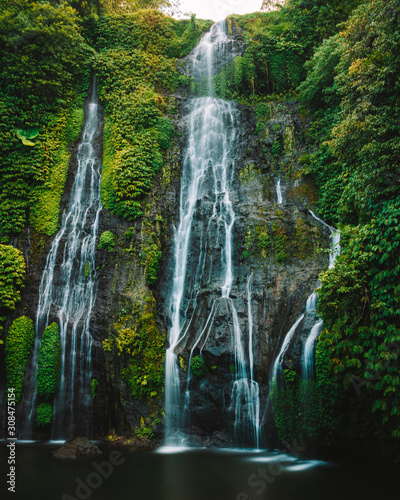 Jolie cascade prise en longue exposition à Bali