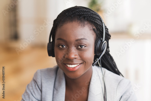 Photo Portrait of friendly afro female customer service operator in headset