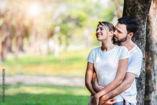 Photo Young couple lover dating and hugging in love at spring garden park, copy space, Romantic love concept