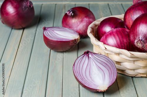Fotografía Red onions in a wicker basket