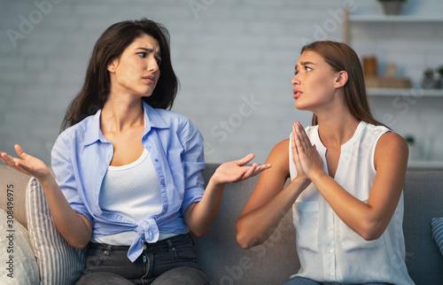 Valokuva Girl Refusing To Do Favor For Friend Sitting On Sofa