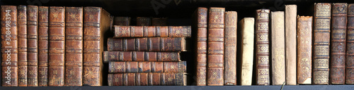 Photo old books on wooden shelf