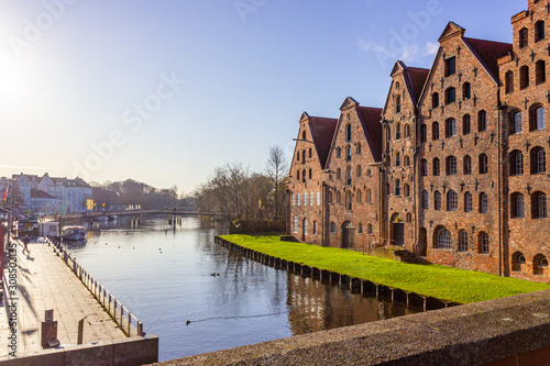 Photo  Old salt kontor at trave river on a sunny winter day in Lübeck, Germany