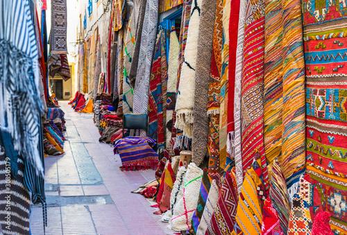 Marokańskie dywany z tradycyjnymi ornamentami na sprzedaż na ulicy Essaouira, Maroko