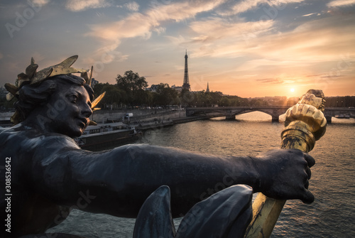 Foto op Aluminium Historisch mon. Bronze statue on a Parisian bridge with the Eiffel tower in the background during sunset