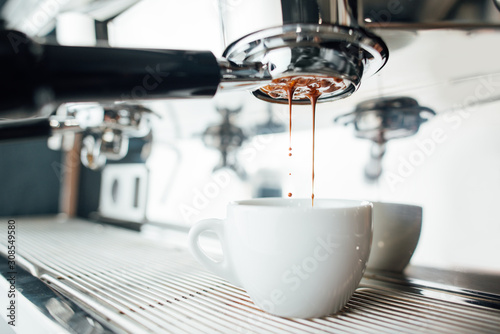 Платно extraction of espresso from bottomless portafilter in white cup