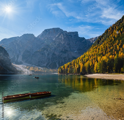 Fotografía  Sunshiny autumn peaceful alpine lake Braies or Pragser Wildsee