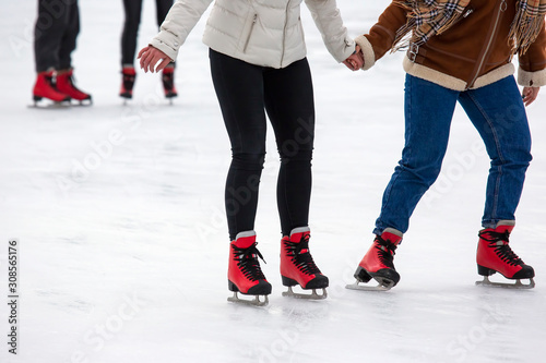 Fotografía  people ice skating on an ice rink