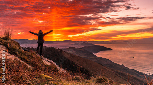 Foto A young girl at sunset on Mount Jaizkibel. Gipuzkoa
