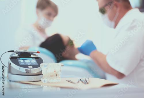 Fotografía  Dental equipment tools dentist medicine on desk