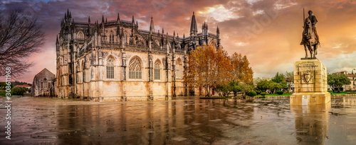 Photo Unesco World Heritage Batalha Monastery with dramatic sky