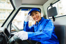 青色の作業服を着た女...