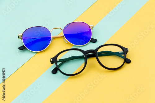 Fotografía Cool and creative Eyeglasses with colorful background