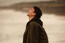 海に向かって叫ぶ男性