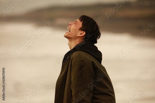Canvas-taulu 海に向かって叫ぶ男性