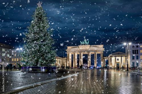 Photo Das Brandenburger Tor in Berlin, Deutschland,  mit Weihnachtsbaum bei Nacht und