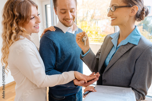Canvastavla Realtor giving house key to the buyers or tenants