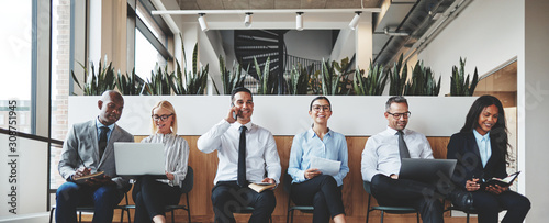 Photo Smiling group of diverse businesspeople waiting in an office rec
