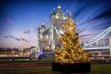 Die Tower Bridge In London Bei...