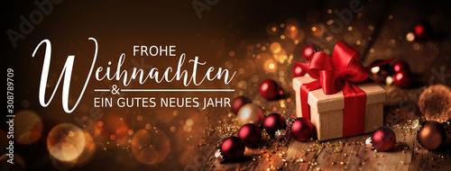 Obraz Weihnachtskarte  -  Grußkarte zu Weihnachten  - Frohe Weihnachten und ein gutes neues Jahr -  Banner, Panorama, Header -  Geschenk mit Christbaumkugeln auf Holz - fototapety do salonu