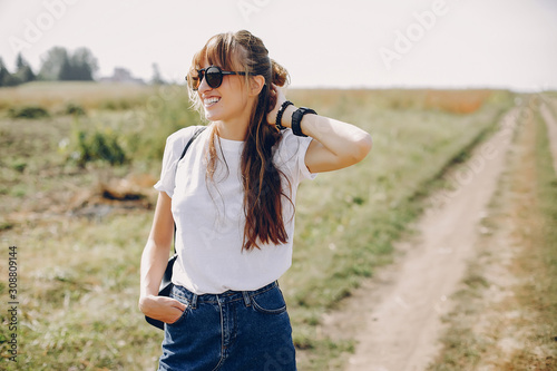 Foto Beautiful girl in a park. Stylish girl in a white t-shirt