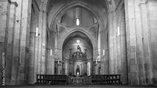 foto en blanco y negro del interior de la iglesia que pertenece al monasterio de Wallpaper Mural