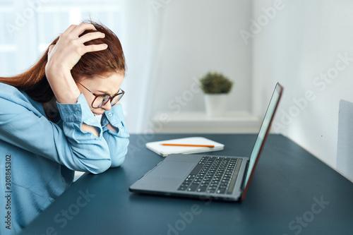Cuadros en Lienzo  woman working on laptop