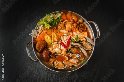 Obraz 韓国料理チゲ typical Korean seafood hot pot (Jjigae) - fototapety do salonu