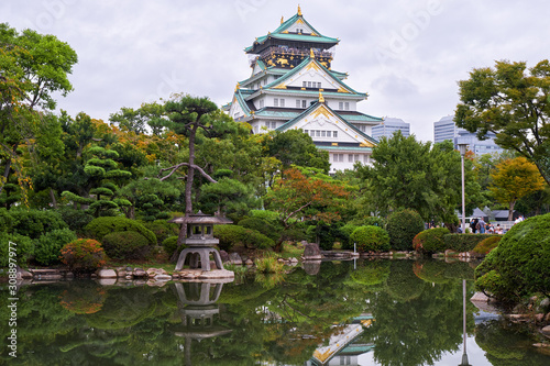 Платно The traditional Japanese garden in the inner bailey of Osaka Castle